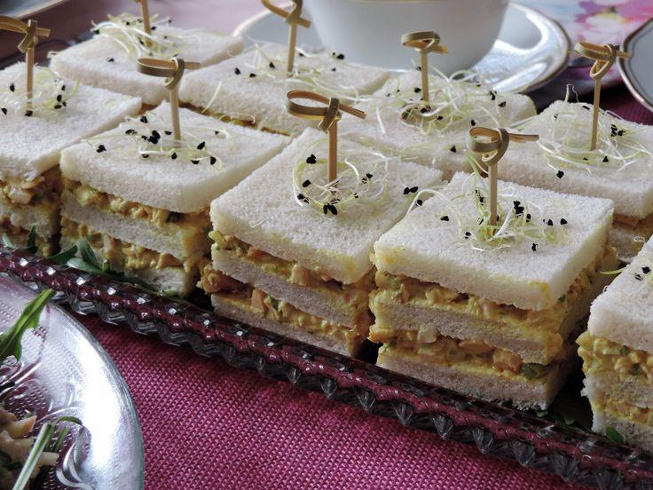 Gerookte kipsalade is heerlijk bij de lunch, op een boterham, of bij de borrel. Deze Sandwiches gerookte kipsalade zijn ideaal voor een high tea.