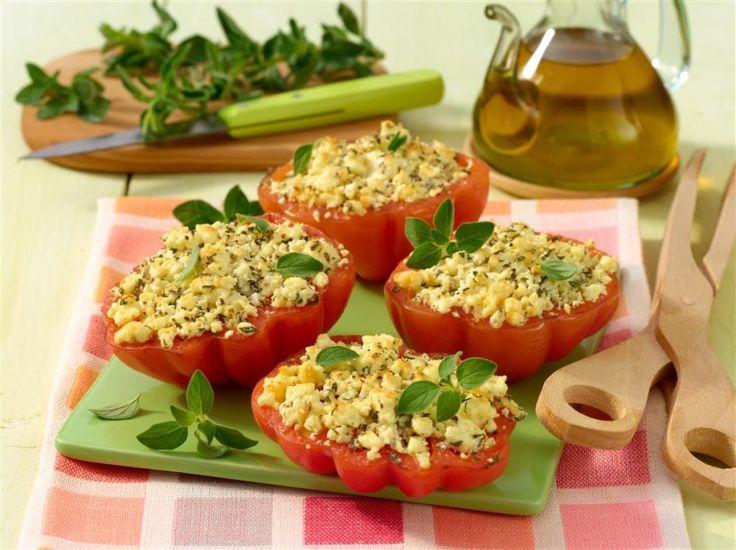Schnell gemacht und ein deftiger Low-Carb-Snack am Abend: Tomate mit Feta und ordentlich Knoblauch, der den Stoffwechsel ankurbelt.