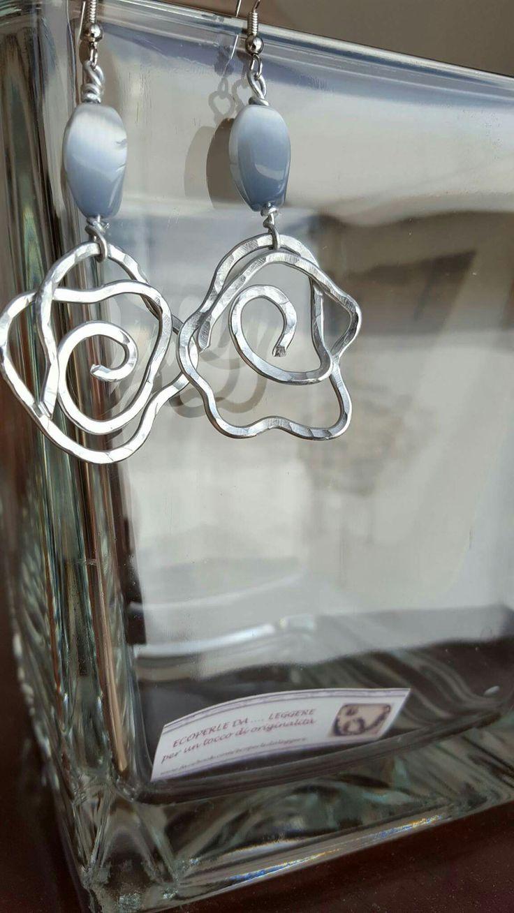 orecchini #filo di #alluminio #earrings #fattoamano #creative #bijoux #handmade #fiore #stilizzato#pietra #grigio#iridiscente#eleganza #chifadasefapertre #fatto #mano#shoppingonline #ideeregalo #artigianato #ecoperledaleggere www.facebook.com/ecoperledaleggere
