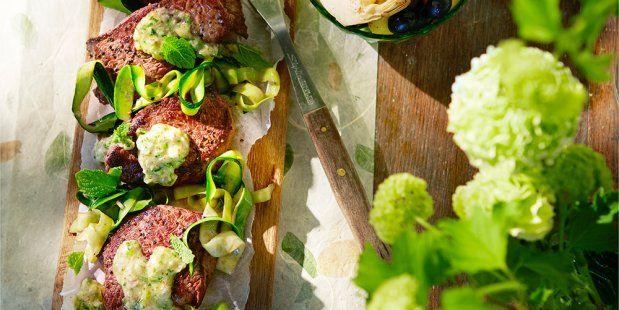 Een recept voor biefstuk met krieltjes, artisjok, olijven, courgette, knoflook en mosterd-muntsaus.