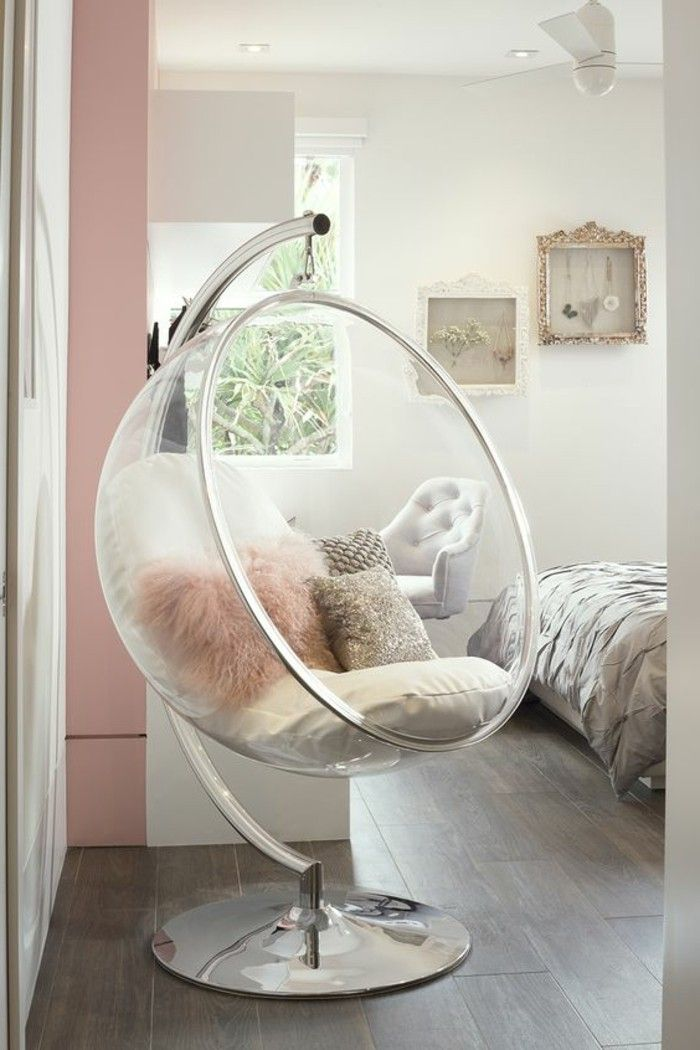 chambre cocooning, chaise œuf, parquet en bois, vue sur le jardin, décoration murale