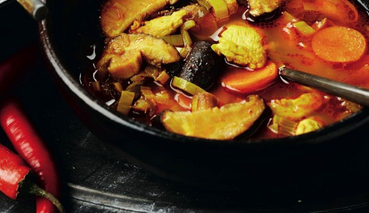 Pikante currysoep met kip en groenten