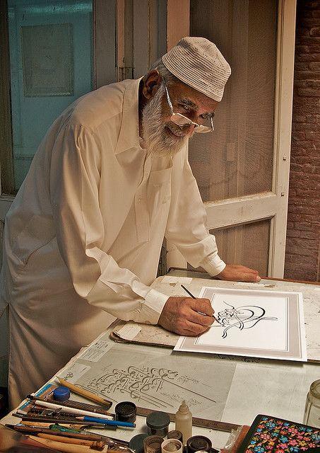 الخط العربيّ، فاتن. والفاتن أكثر تقاسيمُ وجهِ هذا المُسِن الدافئة ()