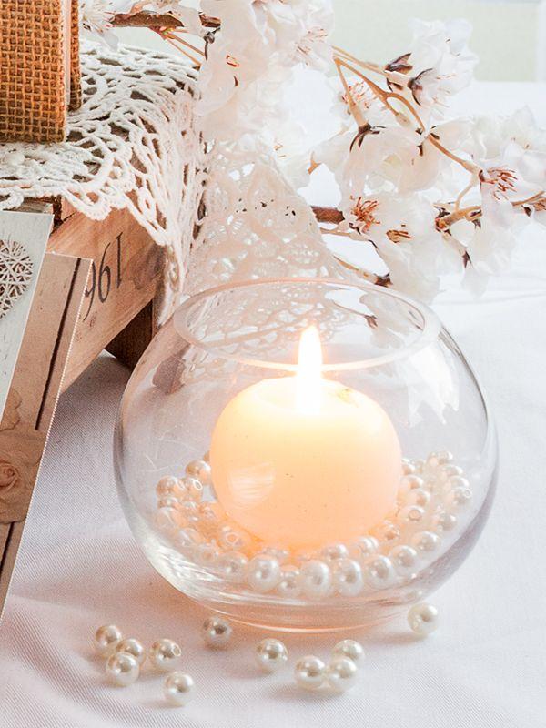 Cremefarbene Perlen dürfen in bei der #Vintage #Hochzeitsdeko nicht fehlen. Streut sie einfach auf die Tafel oder füllt kleine Kugelvasen damit. – Andrea Krüger