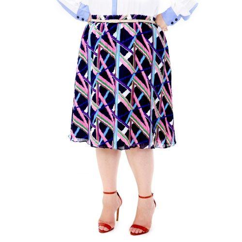 Saia Vintage Plissada Plus Size - Saia Vintage Plissada  Saia Plus Size, em musseline plissada estampada, com forro em cetim. Tem elástico no cós.Muito fofa e versátil esta saia, fica bem com uma básica de malha, fica bem com uma blusa mais arrumada, e o melhor, não aumenta o tamanho da pessoa, pois seu corte mais o tecido não armam. Uma saia Vintage, romântica e prática.  Marca VICKTTORIA VICK Plus Size  Composição Têxtil:  100%Poliester  Forro:100% Poliester