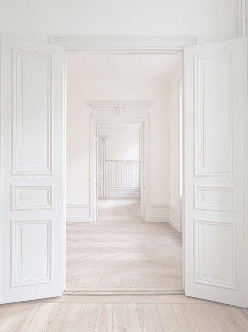 White hallway. https://www.stonebridge.uk.com/course/interior-design