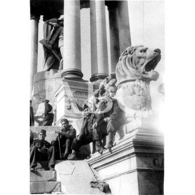 MILICIANOS TOMANDO EL SOL AL PIE DEL MONUMENTO A LOS MÁRTIRES DE CUBA EN LA MONCLOA. 03/1937