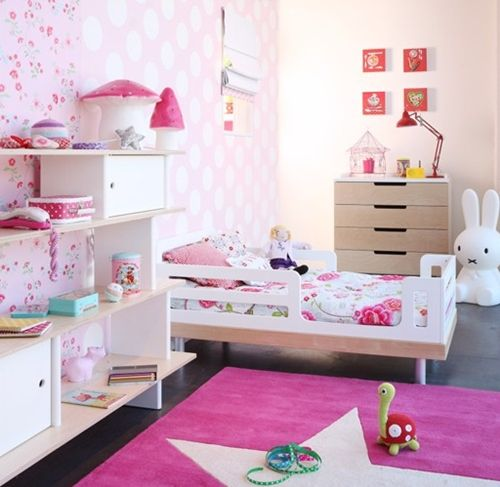 Roze kinderkamer met pip behang en paddenstoel kinderlampen
