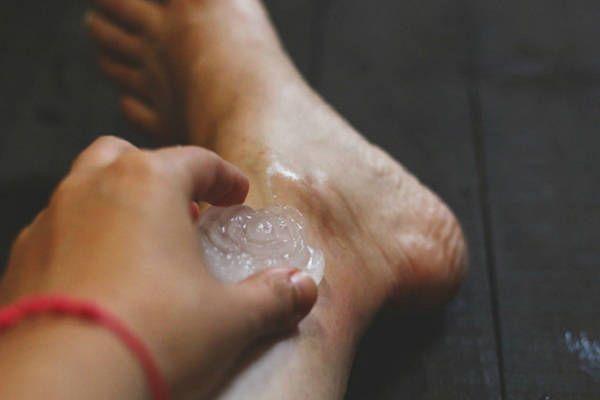 Meg fogsz lepődni: ezért dörzsölj jeget a lábadba