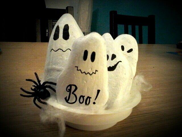 Halloween spookjes van steentjes gemaakt