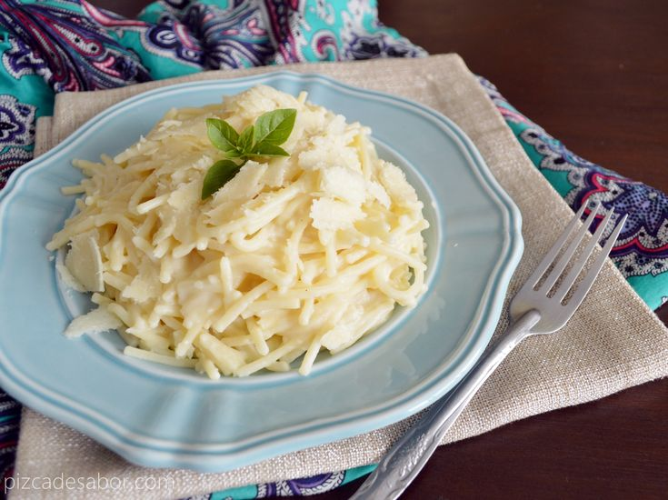 Pasta con salsa cremosa de coliflor (estilo fetuccini Alfredo pero saludable) www.pizcadesabor.com