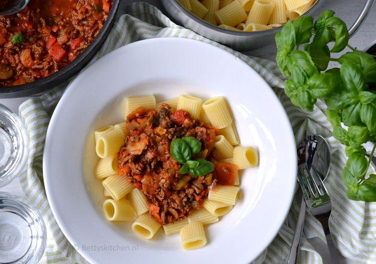 Ideaal voor de doordeweekse dag: een simpele maaltijd met Rigatoni pasta met gehakt, champignons en wokgroente. Klaar in slechts 20 minuten!