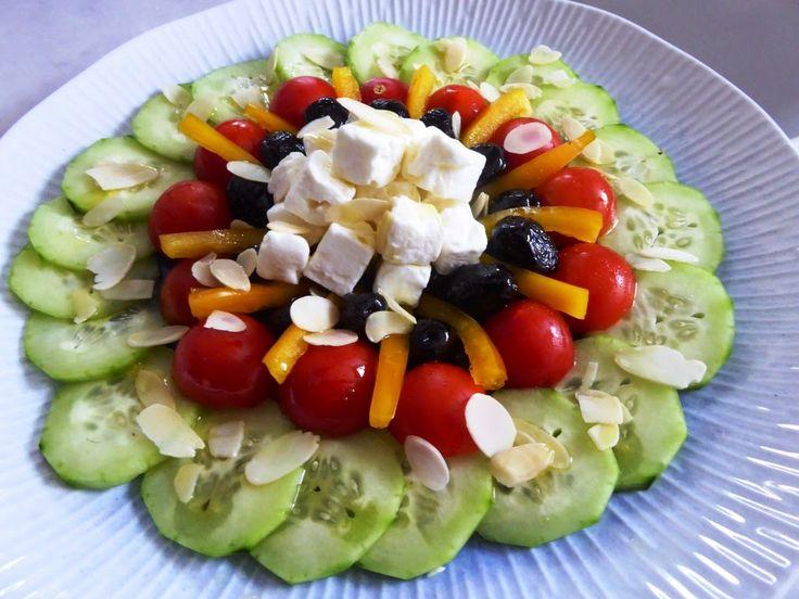 Insalata cetrioli, peperoni, pomodori con  feta Per la ricetta:http://www.frittomistoblog.it/2014/11/insalata-cetrioli-peperoni-pomodori-con.html