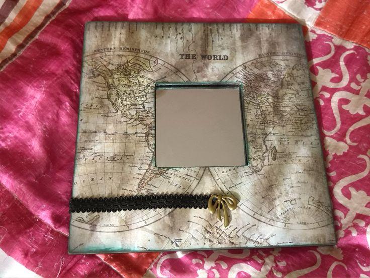 Espejo malma decorado con papel de scrapbook, cinta y abalorio