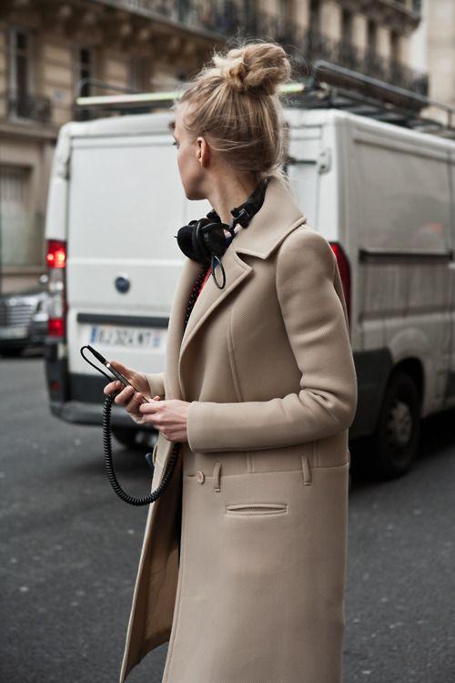 classicCamel Coats, Fashion, Tops Knots, Fall Coats, Street Style, Messy Buns, Trench Coats, Winter Coats