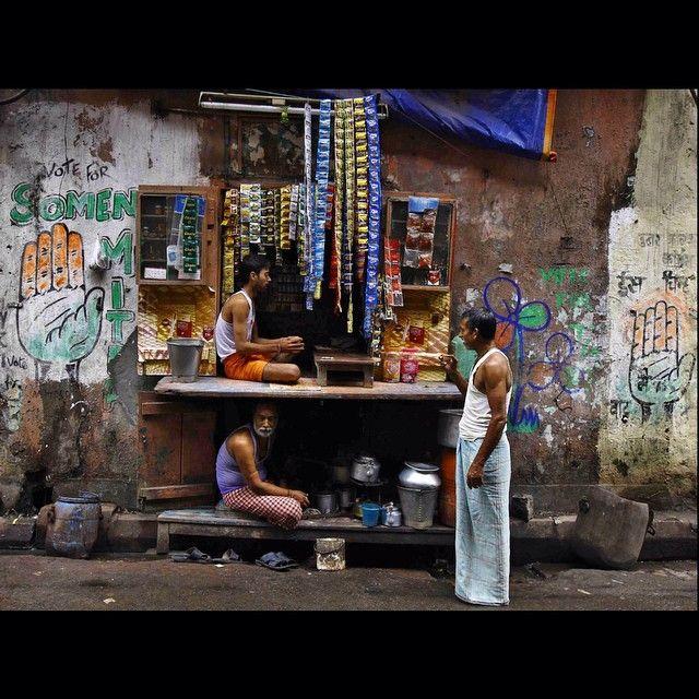 Esta é uma das chamadas Casa de Chá(#Tee #Gschwendner) em Calcutá, na #Índia. Mas que parece com venda de preservativos (condom) parece. (Foto de Rupak De Chowdhuri/Reuters) #photo #foto #instaphoto #instasize #moment #cra #Padgram