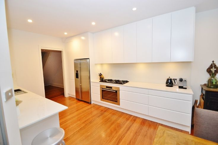A stunning white polyurethane kitchen in handless design perfect for entertaining!