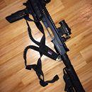 konverze KPOS na Glock: Vystřeleno pouze pár ran. Stále v záruce. Nová generace karabinová konverze pro pistole Glock K.P.O.S. G2, výrobce FAB Defense. Celé tělo konverze vyrobené z jednoho pevného kusu duralové slitiny 6061 T6. Nový systém oboustranného natahování závěru, podobný systému na AR15/M4. Odpadá montáž natahovacího kolíku na závěr jako v předchozí generaci. Natahovací systém je vestavěn přímo do těla konverze. Rychlejší instalace zbraně do konverze - pouze se zasune railem do…