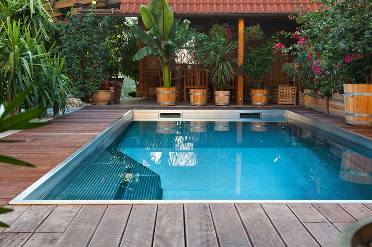 Swimming pool with two skimmers for perfectly clean water