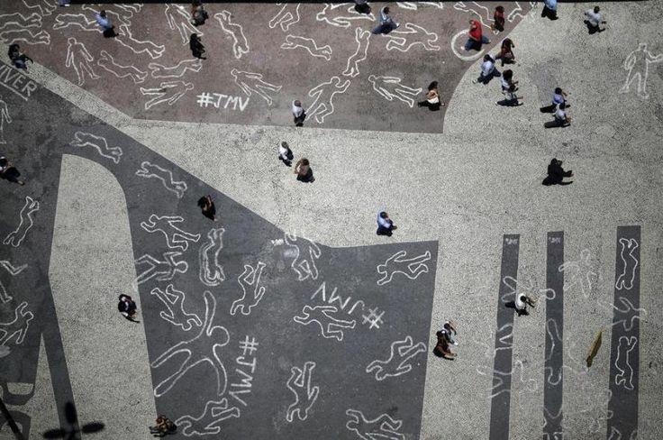 3 décembre. A Rio de Janeiro, au Brésil, des cadavres dessinés à la craie symbolisent les 4000victimes de violence dans cet Etat selon l&#...