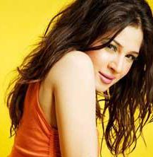 Ayesha Omar's New Track 'Khamoshi' - Now Released   The song starts off with a mellow acoustic melody with Ayesha's sweet compressed vocals just building up gradually. A few seconds into the track, we hear the full-blown magnificence of Ayesha's singing and given her past record as a musician, she has done an outstanding job in this one.