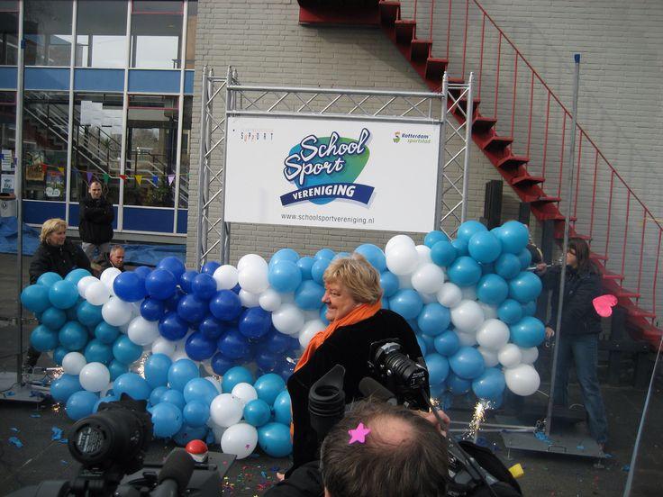 Ballonnenwand met tekstbord... Ideale act voor een officieel startsein, opening of andere feestelijke onthulling.