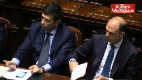 """Lupi fa le corna dopo 'profezia' di Di Battista: """"Suoi ultimi giorni"""""""