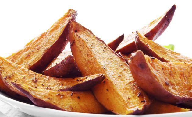 A batata rústica, também conhecida como batata artesanal, tem o diferencial de ser temperada no azeite e, ao contrário da tradicional, não é frita. Ela é feita no forno. Veja também Catchup caseiro: como fazer Receita de molho de mostarda Aprenda a deliciosa receita de maionese de hamburgueria