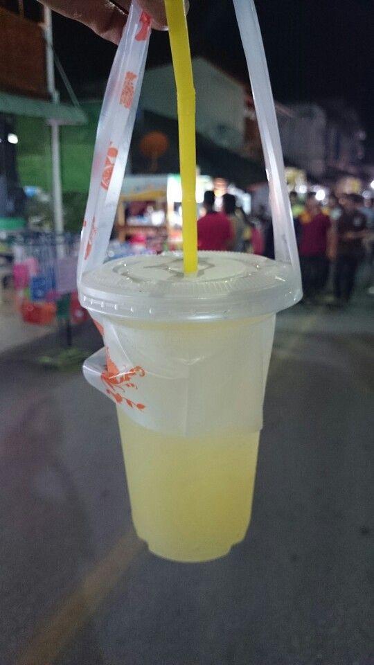 緑色のオレンジみたいの絞ったジュースおいしい@ラムパーン