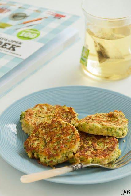 Ingrediënten: - ½ broccoli - 1 kleine ui - ½ rode peper - 1 teentje knoflook - 2 eieren - 1 el quinoameel - 60 g geraspte belegen kaas - 60 ml sojamelk - zout/peper - olijfolie Bereiden: 1. Was de bro
