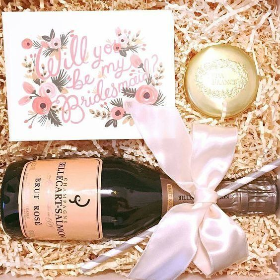Vamos brindar com rosé! 🍷✨🍷 Ótima ideia de presente às madrinhas que amam uma boa champagne rosé. Além de também vir na caixa, uma vela @seda_france numa latinha super charmosa para viagem e um lindo cartão feito por @riflepaperco, com suas ilustrações e lettering maravilhosos. 😍 E viva as madrinhas! Cheers! 🍷✨🍷 {via @down.the.aisle Instagram} #presentemadrinha #convitemadrinha #ideiadepresente #madrinha #casamento #inspiracao #bridesmaidgift #bridesmadeinvitation #giftideas #bridesmaid…