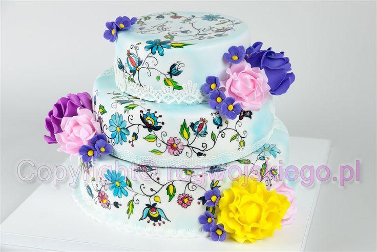 Tort weselny ręcznie malowany z motywem kaszubskim i jadalną koronką.