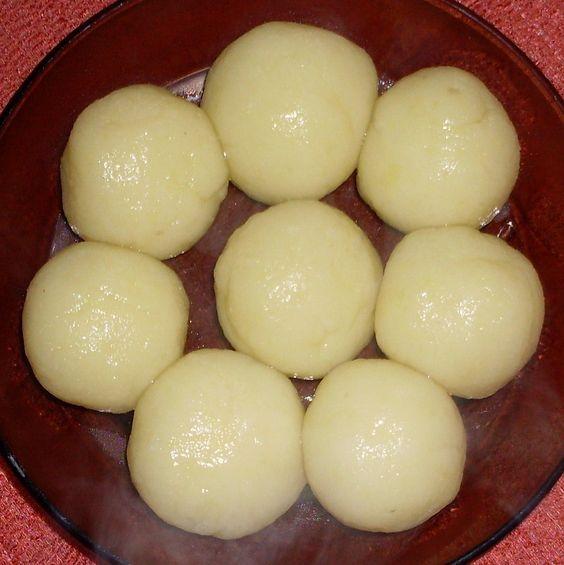 Dáme vařit vodu, nastrouháme na jemno vařené brambory, posypeme škrobem, vidličkou zamícháme, vytvoříme sypkou směs kterou zpracujeme už ručně do...