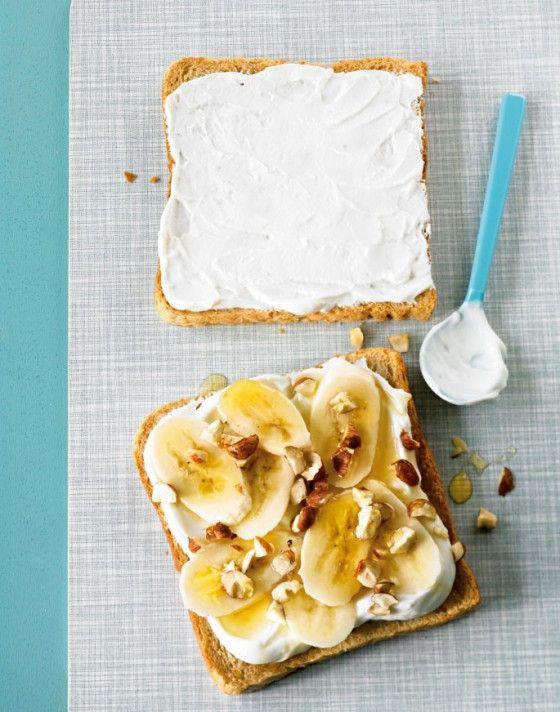 Damit fängt der Tag richtig gut an: Vollkorntoast, Joghurt, Nüsse, Banane, Honig – einfach himmlisch lecker!