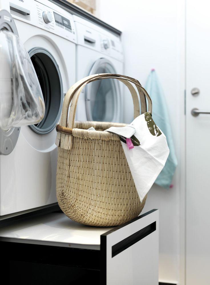 Når du vasker og tørrer tøj, løfter og flytter du på mange kilo, især når tøjet er vådt. Gør din ryg en stor tjeneste og flyt vaskemaskine og tørretumbler op i ergonomisk korrekt højde. Som bonus får du et par praktiske skuffer underneden, som kan bruges til opbevaring af vaskepulver eller som vasketøjskurv.