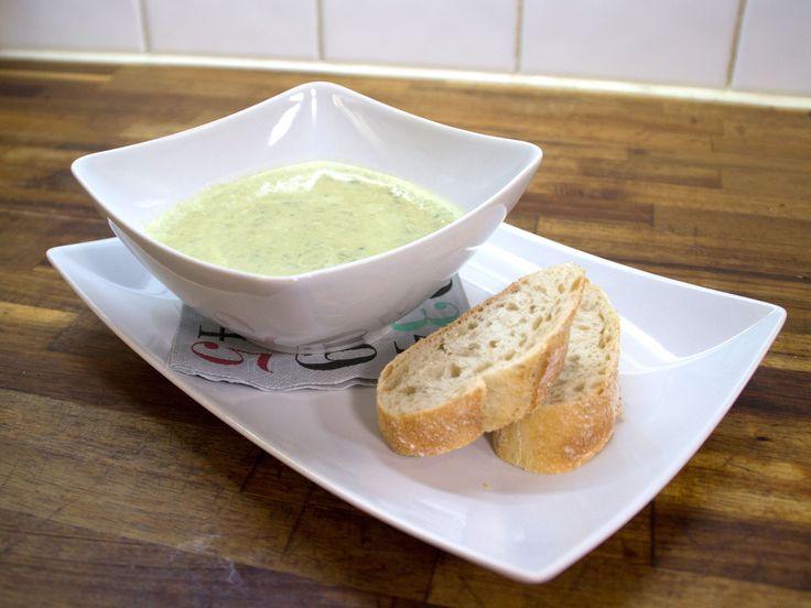 Ramslökssoppa, serveras med pesto och bröd | Recept från Köket.se