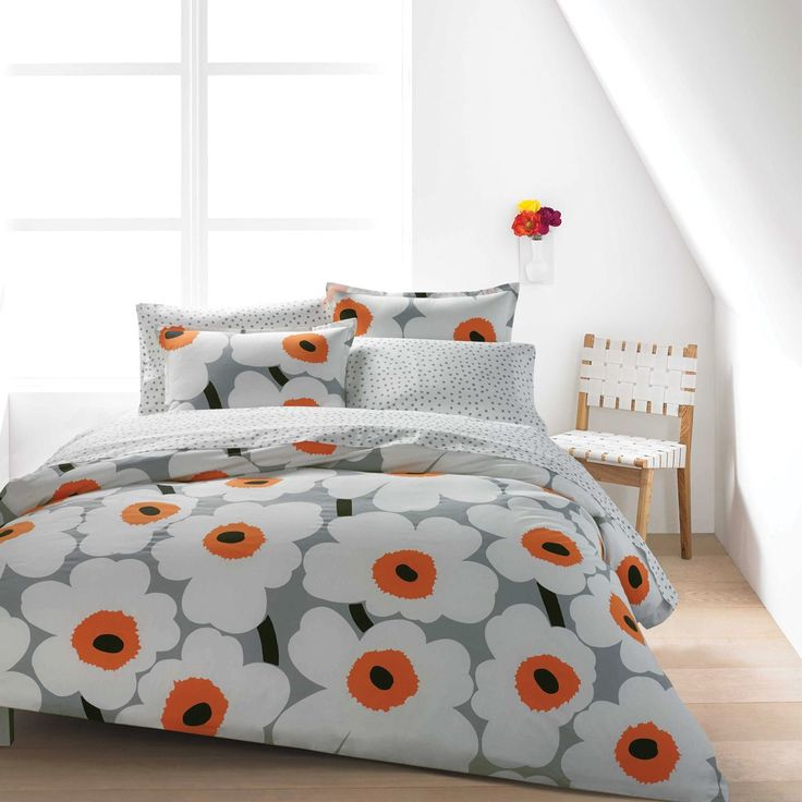 A minimalist print with maximum style, the Marimekko Utö White/Grey Sheet Set makes a lovely accent to any bed.