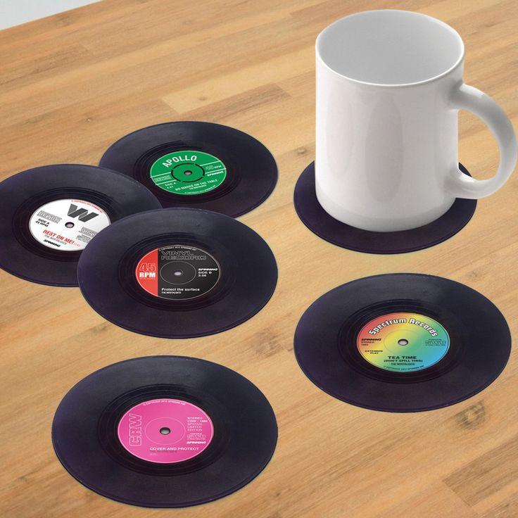 Ihre Gäste fragen sich: Sind das echte Schallplatten auf dem Tisch? Doch dann Stellen Sie den Begrüßungsdrink darauf ab und die Sache ist klar: Diese stilechten Platten sind modische Glas- und Tassenuntersetzer. Ein super Geschenk für Musikfans und Liebhaber von Schallplatten.