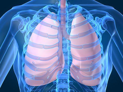 Os adultos em alto risco de cancro do pulmão deverão ser submetidos a rastreio deste cancro com radiografia torácica, citologia da expectoração ou tomografia computadorizada de baixa dose de radiação?