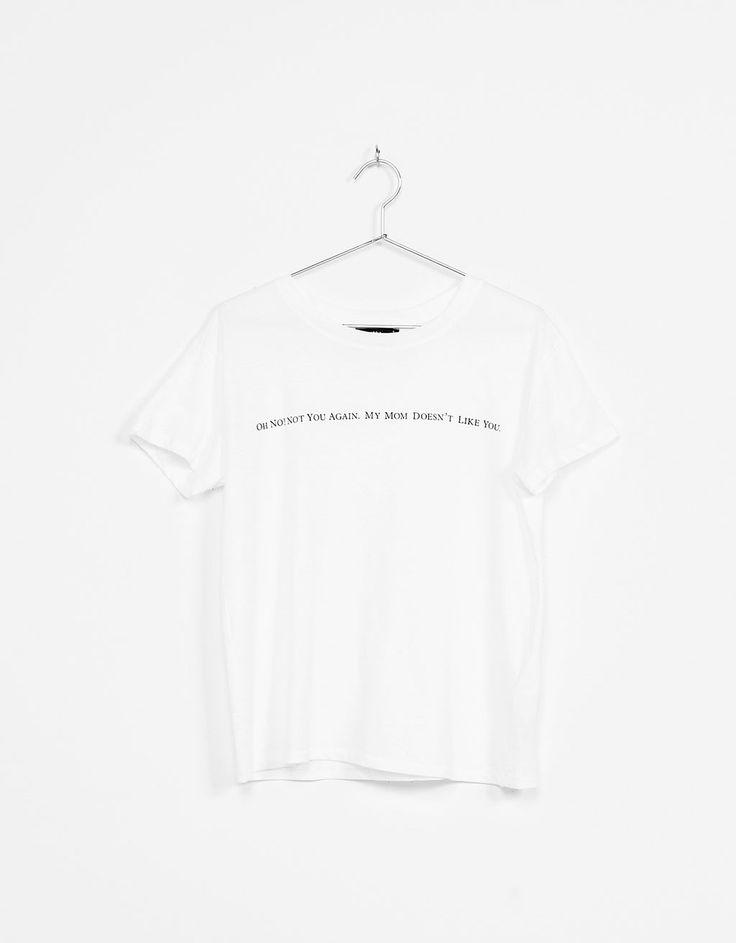 Camiseta estampado texto. Descubre ésta y muchas otras prendas en Bershka con nuevos productos cada semana