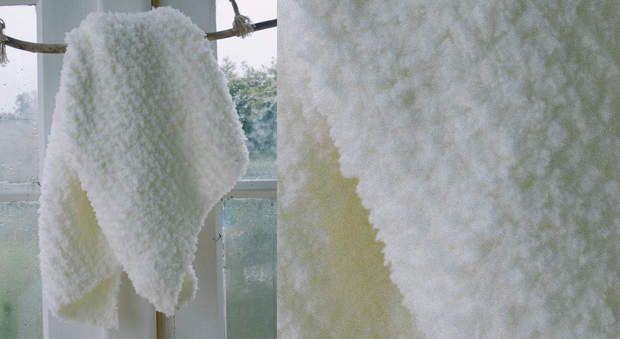 Le plaid layette blanc au point mousseUne bonne idée de cadeau de naissance, un…