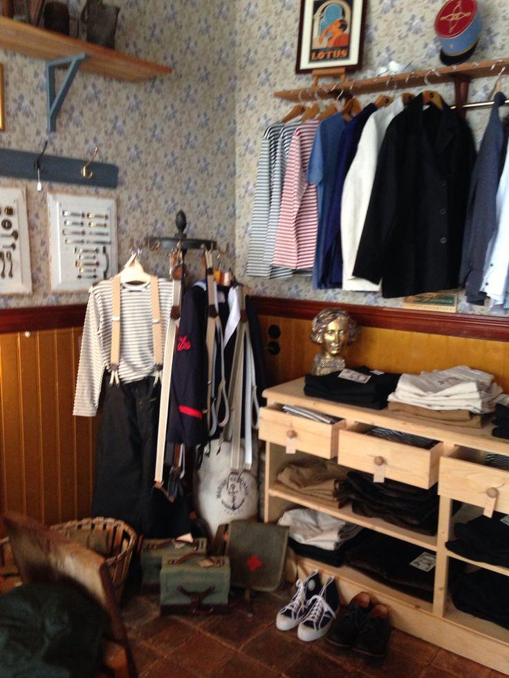 Nye hylder til tøj. #tibberuphoekeren #shopinterior #shopdecor #workwear #arbejdstøj #shirts #marineshirts #heldingør