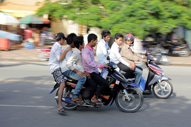 Learn to drive a moto... and drive it in Phnom Penh!