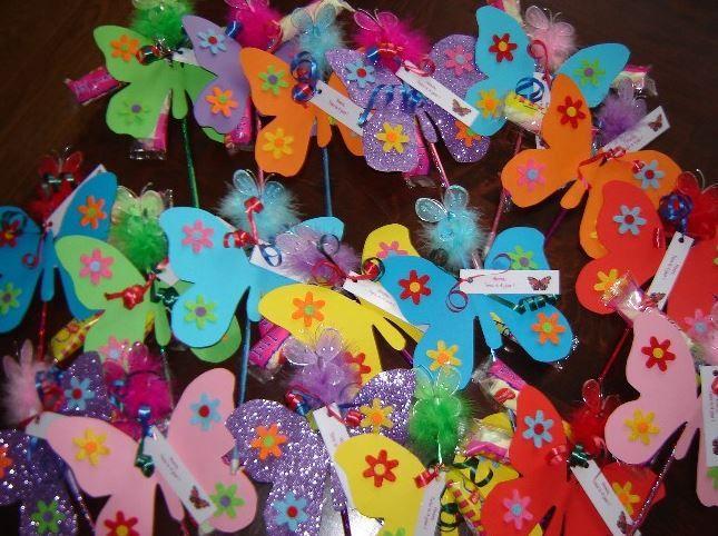 De traktatie bij het vertrek van het KDV: een potlood met daaraan een vlinder en een versje: Ik ben 4 jaar en fladder er vandoor, bedankt voor het spelen hoor!