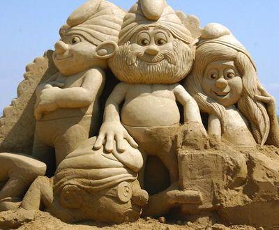 figuras de arena de papá pitufos, pitufo gruñón y pitufina