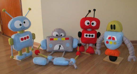 Robôs em feltro, com base de madeira Ideal para decorar quartos e mesas de festa infantil. O robô cinza tem, aproximadamente, 45 cm de altura (sentado) e 70 cm de largura. Valor R$ 55,00 os demais tem 65 cm de altura e 40 cm de largura  Valor unitário: R$ 40,00