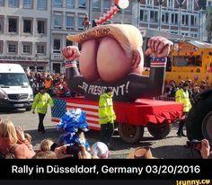 """Carnival in Düsseldorf: Donald Buttface (""""Arschgesicht"""") Trump"""