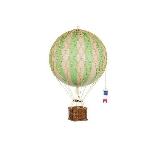 Fantastiskt fin luftballong som tillverkas för hand efter en klassisk heliumballong. Fin som dekoration i ett fönster, över en säng eller i takrosetten. Ballongerna finns i flera olika storlekar och färger, där de rosa och svarta ballongerna är del av en limiterad upplaga som säljs exklusivt hos Newport Home Interiors, som enda butik i Norden.