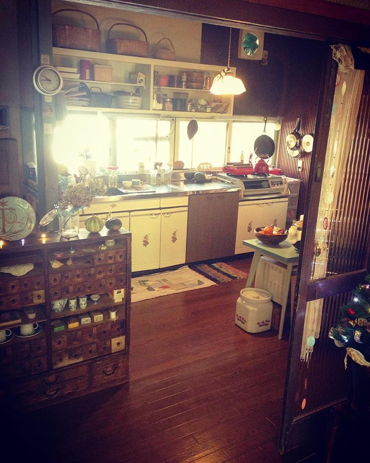 """""""わたしの台所 #台所 #キッチン #古い家 #古民家 #ライフスタイル #インテリア #岡山 #古道具 #アンティーク #フランスの照明 #絵描き #kitchen #mykitchen #oldhouse #lifestyle #interior #okayama #japan #art #artist…"""""""