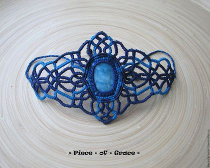 Купить или заказать Новогодний кружевной браслет макраме Синий в интернет-магазине на Ярмарке Мастеров. Яркий кружевной новогодний браслет, напоминающий своим рисунком морозные узоры. Браслет широкий и лёгкий, общая длина регулируется. Камень внутри - яшма (к сожалению, наверняка не могу сказать).